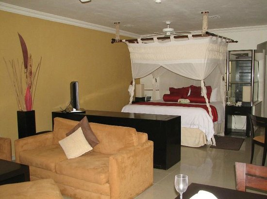 El Dorado Maroma, a Beachfront Resort, by Karisma: Our room with king size bed.