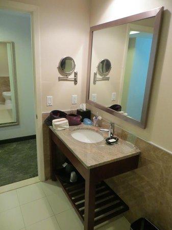 Holiday Inn L.I. City - Manhattan View: Banheiro com secador de cabelo.