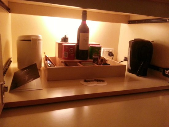 Amora Hotel Jamison Sydney : Coffee & Tea making facilities - there was hot chocolate too