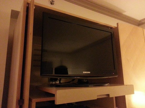 Amora Hotel Jamison Sydney: Television which could be pulled out and rotated for comfortable viewing