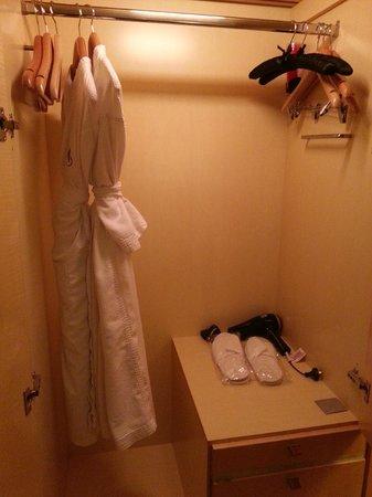 Amora Hotel Jamison Sydney: Big wardrobe