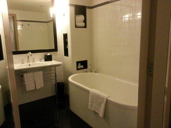 Amora Hotel Jamison Sydney: Spacious bathroom