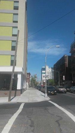 Holiday Inn L.I. City - Manhattan View: Rua lateral do hotel.