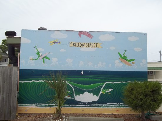 Billow Street Pizza: The side of the building love the paiting