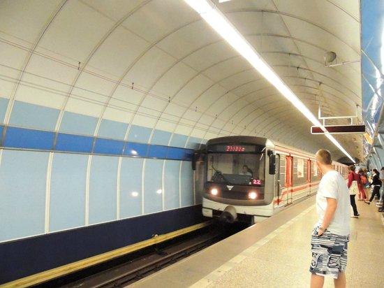 Clarion Congress Hotel Prague: el acceso al metro debajo del clarion
