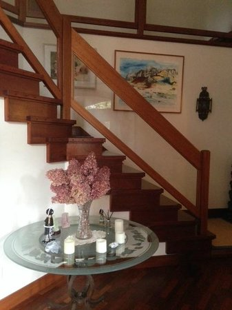 East Hampton Art House Bed and Breakfast: Staircase to upstairs rooms