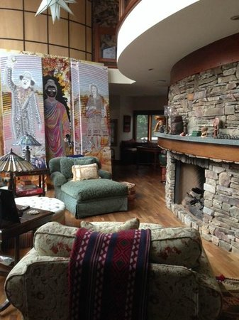 East Hampton Art House Bed and Breakfast : Living room with fireplace