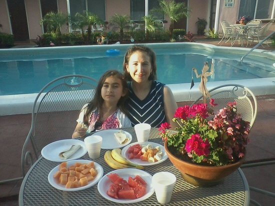 Hotel Cabana Clearwater Beach: Breakfast by the pool