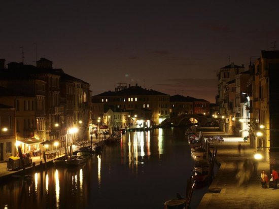 Le Guglie Bed & Breakfast: Evening in Venice from the canal view room