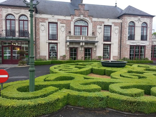 Hotel D'Hulhaege: Beautifully manicured front entrance