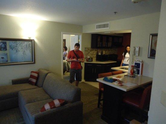Staybridge Suites Lake Buena Vista: Sala com cozinha