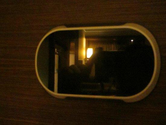Rosedale Hotel Kowloon : electronic eye peephole