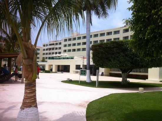 Dreams Huatulco Resort & Spa: Vista de Playa y zona de Piscina