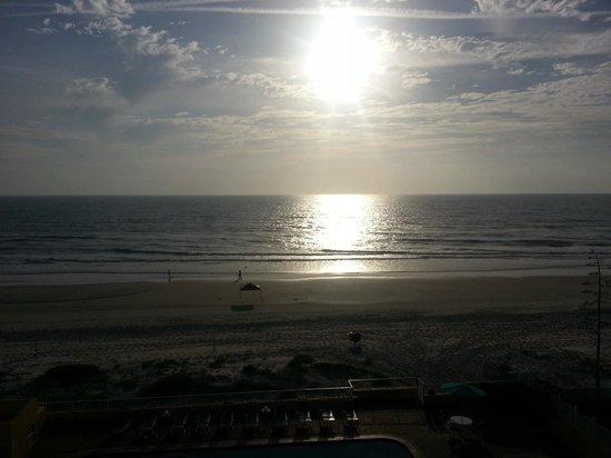 BEST WESTERN Daytona Inn Seabreeze Oceanfront: Sunshine on my window