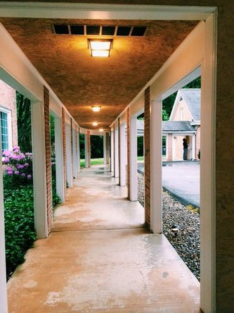 Christopher Place Resort: Walkway to Pool