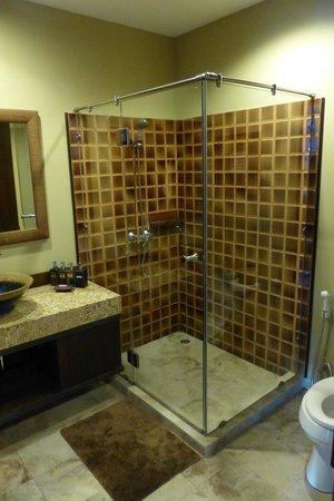 Sala Arun: Bathroom and shower