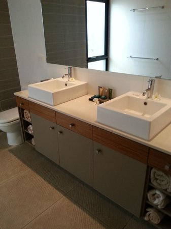 The Pearle of Cable Beach: Dual bathroom sinks