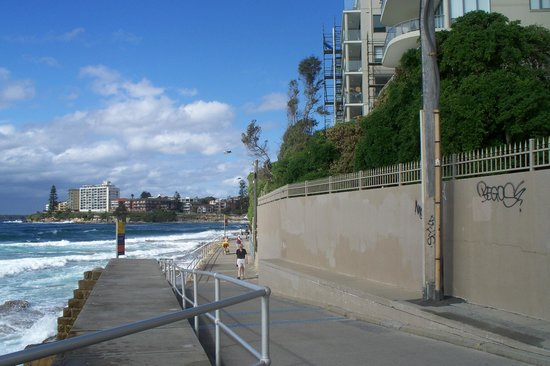 Cronulla Beach Walk: Walking along the esplennade is really lovely