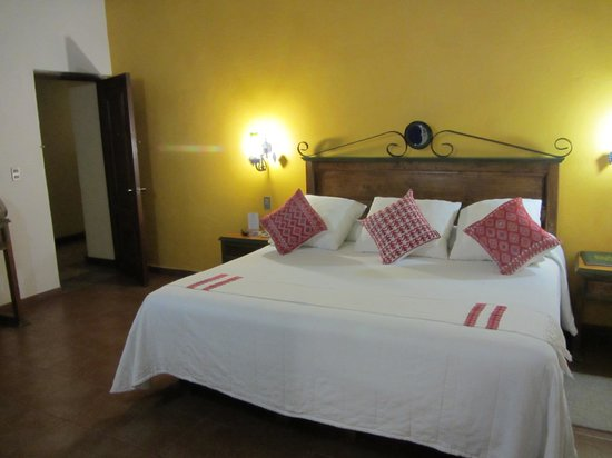 Mansion del Valle: Beautiful hand loomed linens and pillows