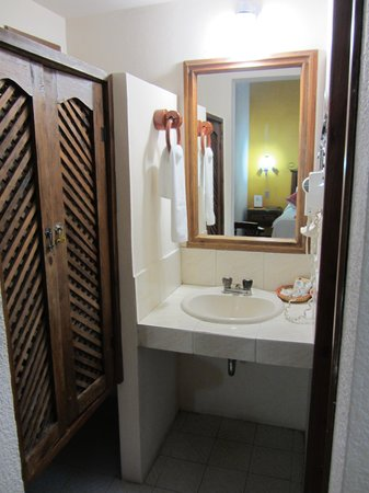 Mansion del Valle: Another closet near bathroom sink