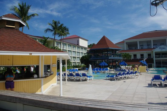Breezes Resort & Spa Bahamas: Grill and pool