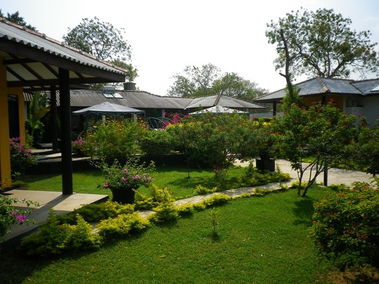 Flower Garden Lake Resort : garden