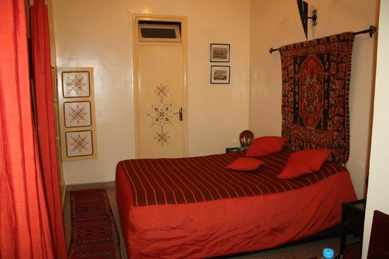 Hotel Sherazade: Room 20 with queen size bed in foreground and bathroom door in background