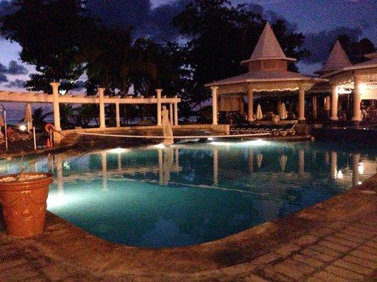 Hotel Riu Palace Tropical Bay: Pool at night