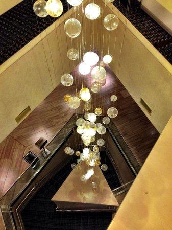 Hilton McLean Tysons Corner: Nice lighting in the building