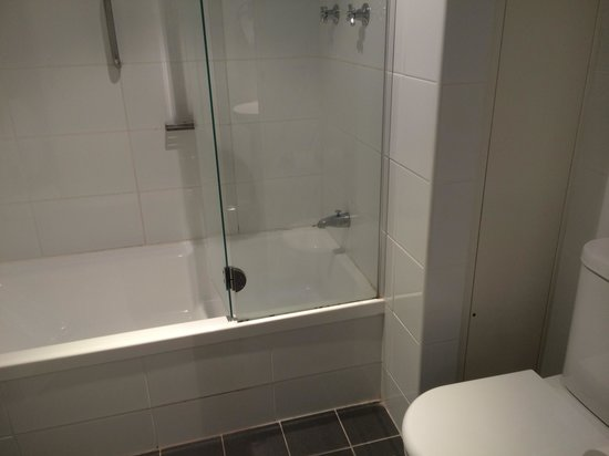Vibe Hotel Gold Coast: Shower/bath and toilet
