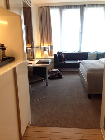 Lindner Congress Hotel Düsseldorf: Blick Richtung Fenster