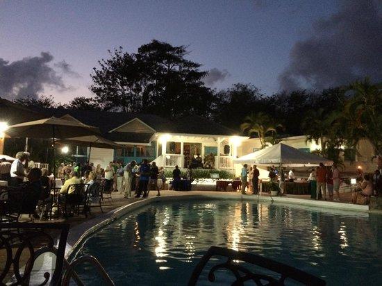 Windjammer Landing Villa Beach Resort: Main pool in the evening. Fun Tuesday party!