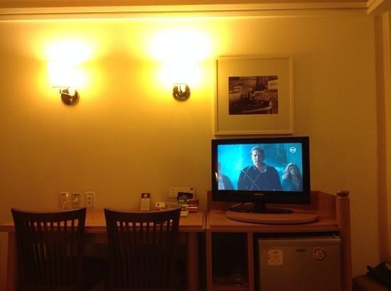 Nobile Hotel Downtown : quarto (mesa e tv)