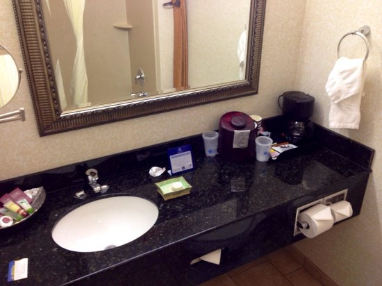 Best Western Plus Hotel at the Convention Center: Bathroom2
