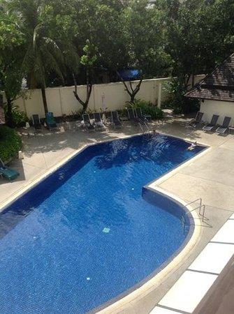 ibis Phuket Kata : สระว่ายน้ำของไอบิสกะตะ
