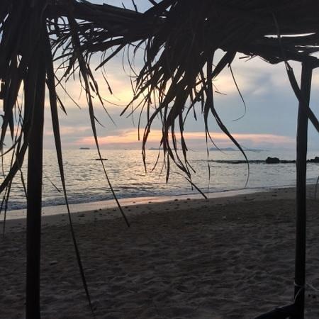 Relax Bay Resort : la spiaggia rocce solo sulla destra