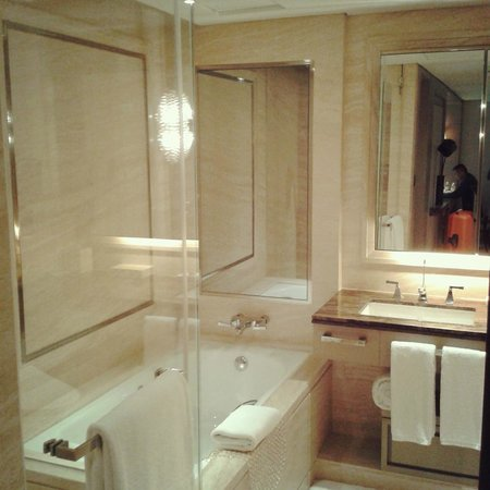 IFC Residence: Studio bathroom