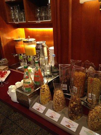 Hotel Metropol: Breakfast