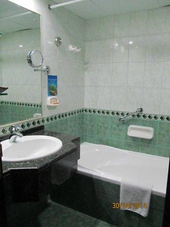 Arabian Courtyard Hotel & Spa: bathroom