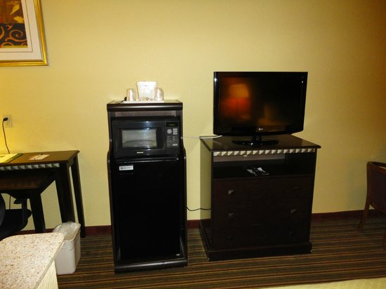 Quality Suites North: Dining & TV Area