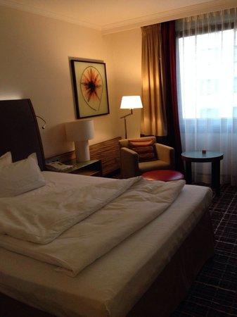 Steigenberger Hotel Berlin: Blick zum Bett