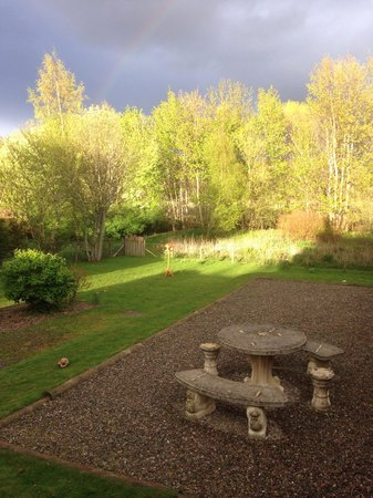 Ardlogie Guest House : Sun going down over the garden