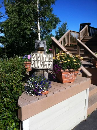 Susitna Sunsets Bed And Breakfast : Come and enjoy the beautiful flowers. What a great photo opportunity.