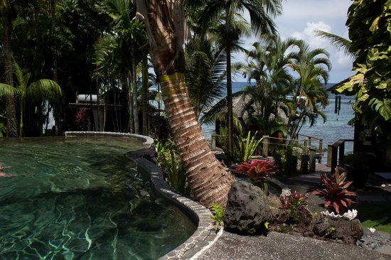 Sinalei Reef Resort & Spa: Looking over the pool to the spa rooms and the ocean.