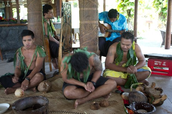 Sinalei Reef Resort & Spa: The boys at Sinalei talking about the Samoan culture.