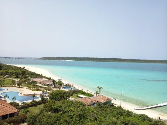 Miyakojima Tokyu Hotel & Resorts : 8階ベランダから見えるビーチ
