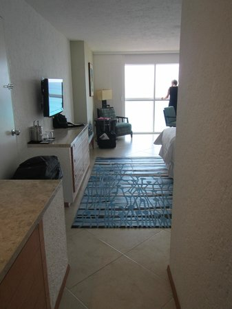 The Westin Resort & Spa Cancun: view of the room from the door, nice tile floors