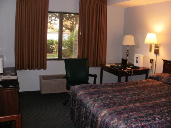 Clover Island Inn Kennewick: comfortable bed, work space with accessible plug ins