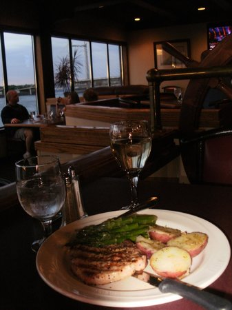 Clover Island Inn Kennewick: dinner in the crows nest, pork with a nice sauv blanc suggested by the server