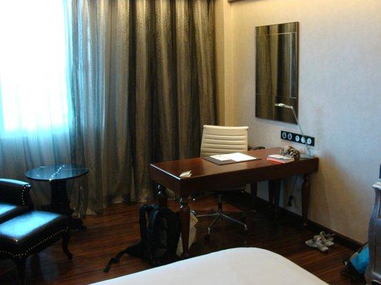 Movenpick Hotel Hanoi : chambre et bureau